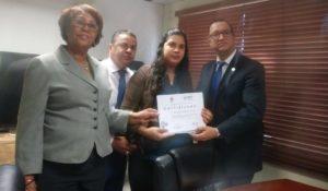 El Ministerio de administración Pública entrego  certificados  e informes  de retorno a los  centros de primer nivel  que postularon al premio a la calidad.